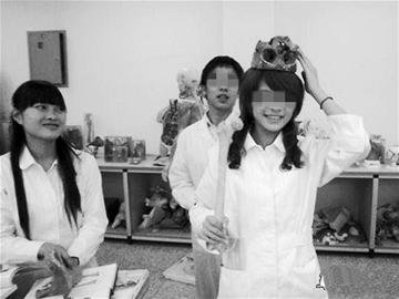 医大学生头顶颅骨玩拍照 被指亵渎生命(图)