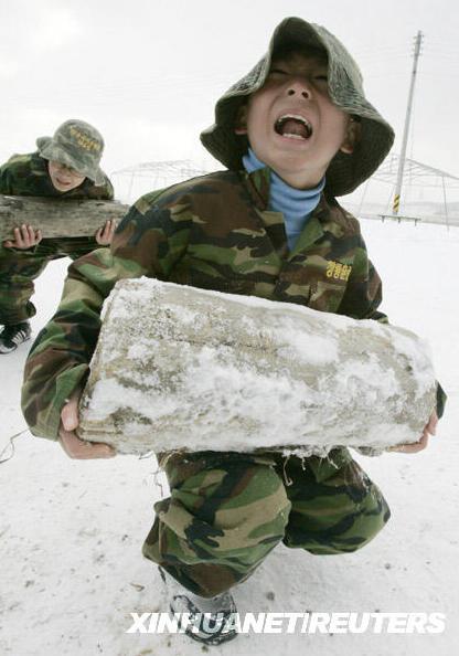 学生在雪地中叫喊着搬起木桩