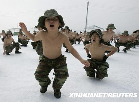 雪地中赤膊参加军训