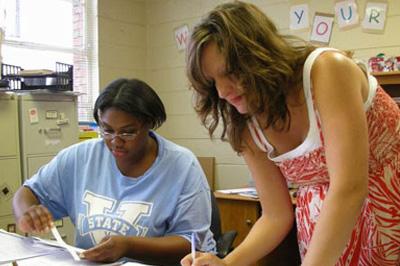 美国小学也是女老师多,备课中