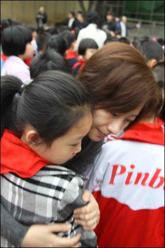 南平实验小学教师纷纷拥抱学生