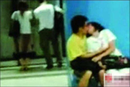 香港中学生地铁内亲吻视频网络疯传
