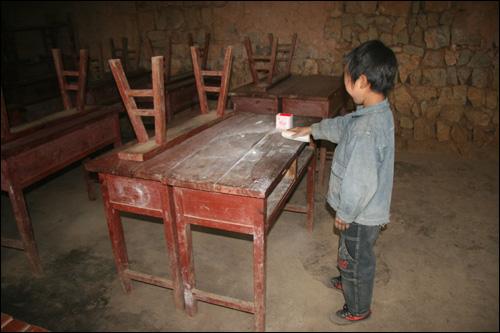 孩子们吃完饭打扫卫生
