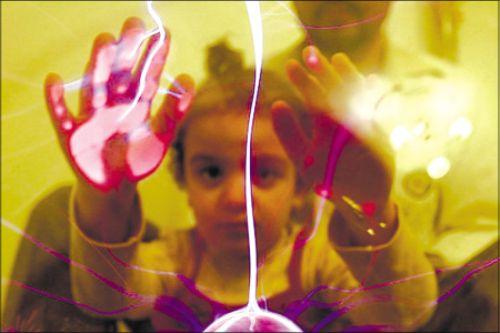 约旦首都安曼一名患儿在接触电流球体治疗自闭症