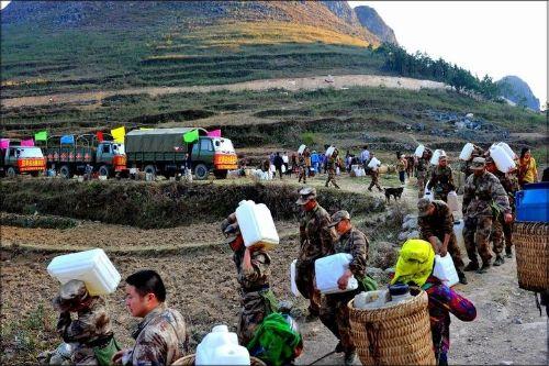解放军给灾民们送水