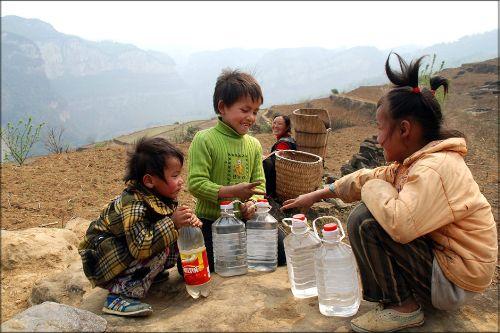 悬崖绝壁上取水刚返回山下的彝族女孩