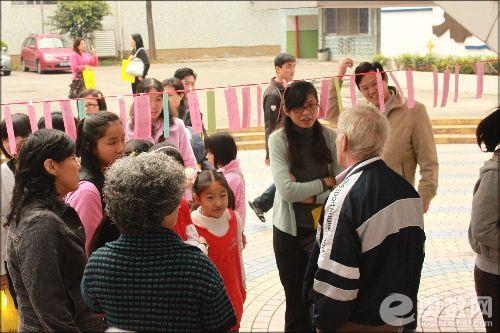 英语游艺展上给大家讲解的外籍教师