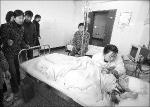 一名被砍伤的儿童在医院接受救治