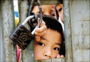 5月5日,湖南邵阳黄塘乡石牛村小学生在封闭式校园内