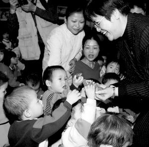 经常有社会热心人士向市福利中心的孤残儿童送来关爱。
