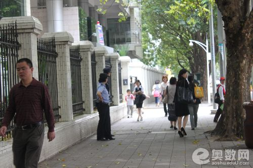 深圳外国语学校门口巡逻警察