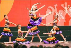 庆典大会上,青春勃发的学生翩翩起舞