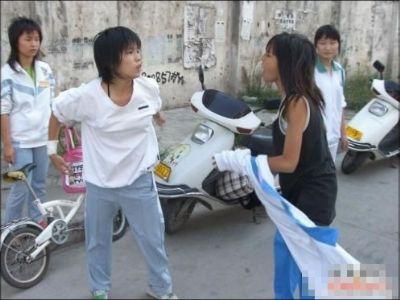 女中学生为抢男友大打出手