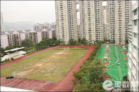 学校篮球场和足球场
