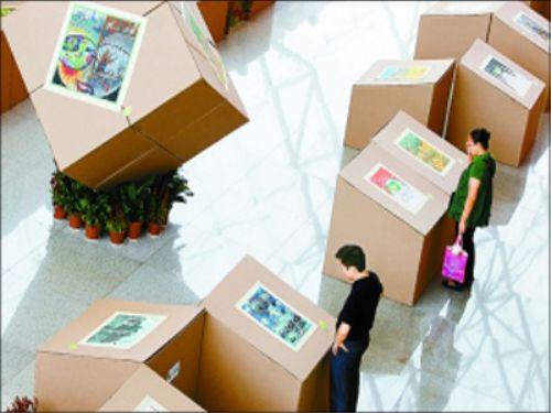 画展展台是用废弃大纸箱做的。