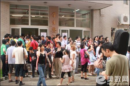 南校区学生餐厅门前
