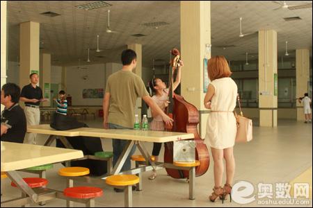 考生在调试大提琴