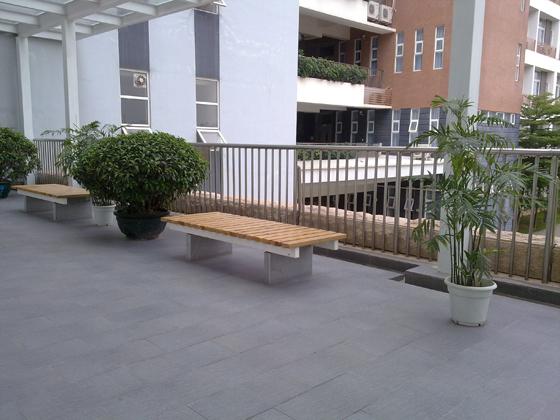 教室楼道的座椅-深圳第二高级中学校园开放日 参观教学楼图片