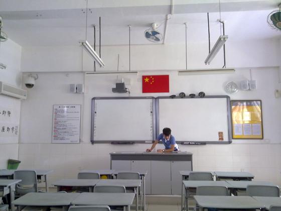 每个教室的左侧都有一个书架,给每位同学们放书用,教室的高端主要体现