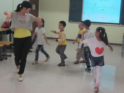 """夏老师带孩子们玩""""数鸭子""""游戏"""