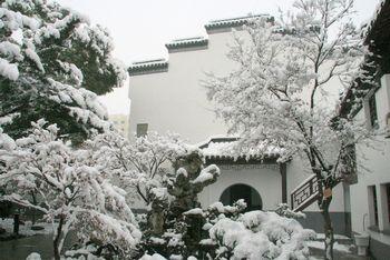 雪中的美丽校园
