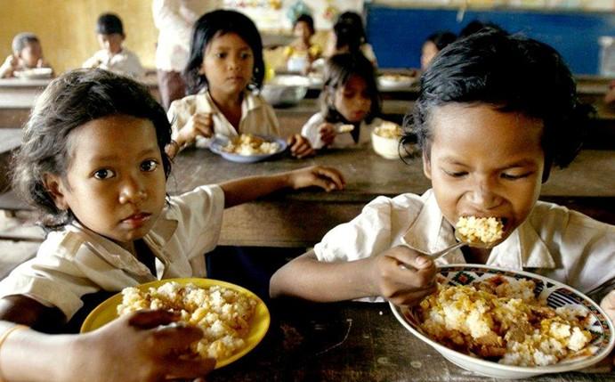 日组图 柬埔寨小学生的免费早餐