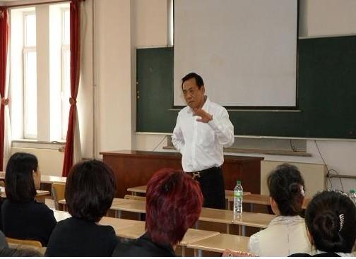 杜明老师正在为家长们进行前期的培训