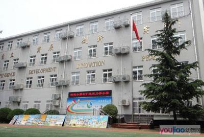 2012年北京市西城区力学小学入学登记现场报道小学生珍爱生命图片