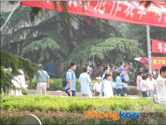 2012北京体彩网平台中考现场人群中寻找孙子的爷爷