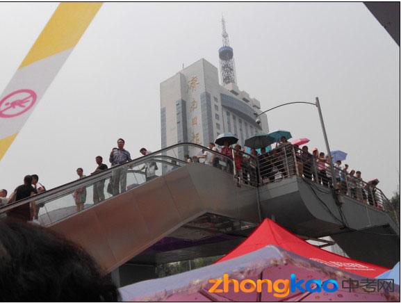 2012北京体彩网平台中考天桥上陪考的父母