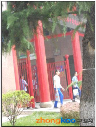 2012北京体彩网平台中考省实验考场现场,考完走出的学生