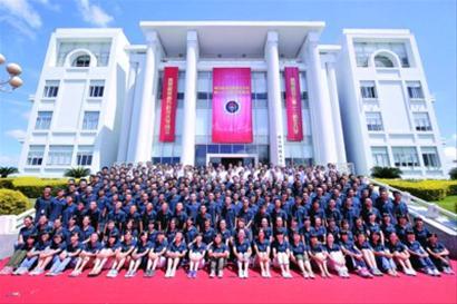 与会嘉宾、南科大教职员工与全体新生在深圳第一校区合影新华社现场图片