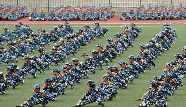 组图:最拉风的南京大学新生军训应急救护表演