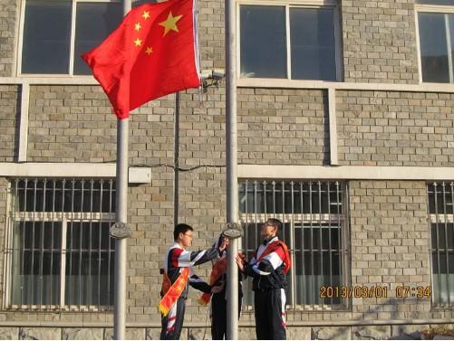 学生代表让国旗冉冉升起