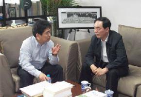 南京大学校长陈骏教授与苏州中学张昕校长亲切交谈