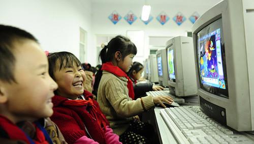 青海省西宁市城西区兴海路小学的一年级学生在上计算机课.