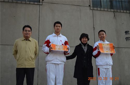 王晓楠校长、焦永奎主任为一等奖获得者颁奖