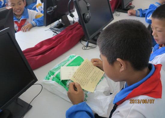 孩子们正在读心愿卡