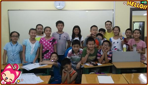 王环宇老师和孩子们,前面的那个小朋友可爱的哦!