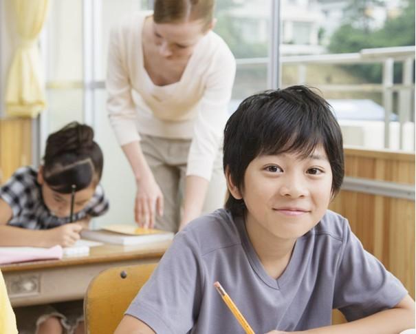 教师要求学生化妆上课 点名须笑露八颗牙