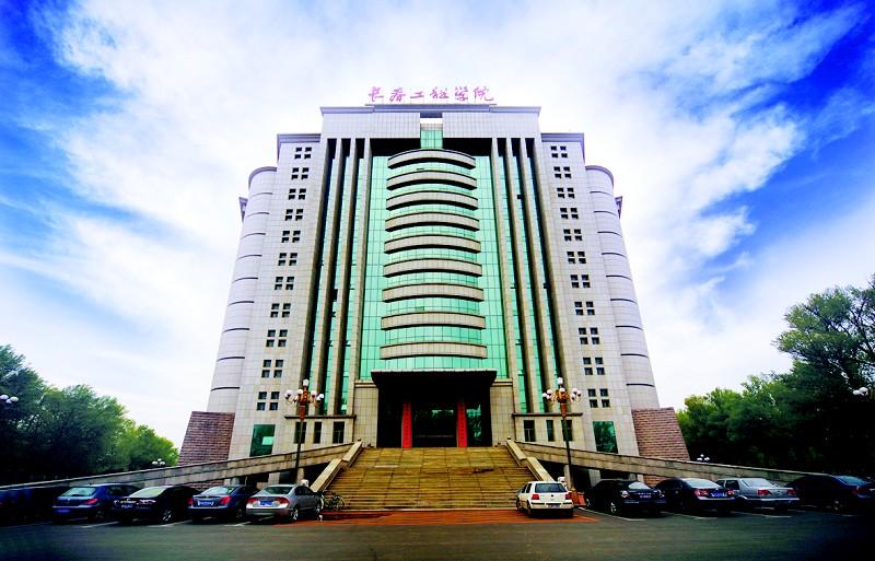 南昌工程学院   南昌工程学院坐落于江西省省会城市南昌,原为水利部直属,后调整为中央与地方共建、以地方管理为主的普通高校。前身为创建于1958年的江西水利电力学院,2004年更名为南昌工程学院。2005年获得学士学位授予权,2008年江西省人民政府与水利部签署协议实现省部共建,2011年9月被教育部批准为卓越工程师教育培养计划高校,2011年10月被国务院学位委员会批准开展培养硕士专业学位研究生试点工作,2011年12月通过教育部本科教学工作合格评估。2013年5月被总参谋部、教育部批准为武警水电部队