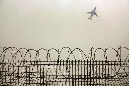 走出国门的飞机晚点与乘客闹事