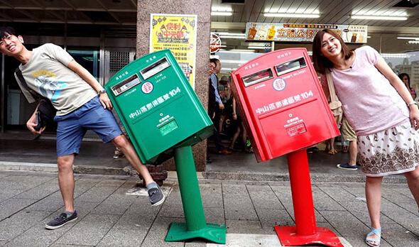 台风吹歪台北邮筒 小红小绿爆红网络