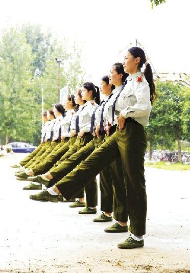 """大学军训现高颜值""""女神连"""" 全是大长腿(图)"""
