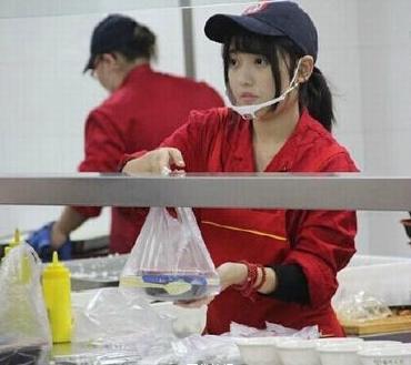 大学食堂女神走红 只想安静不被打扰(图)