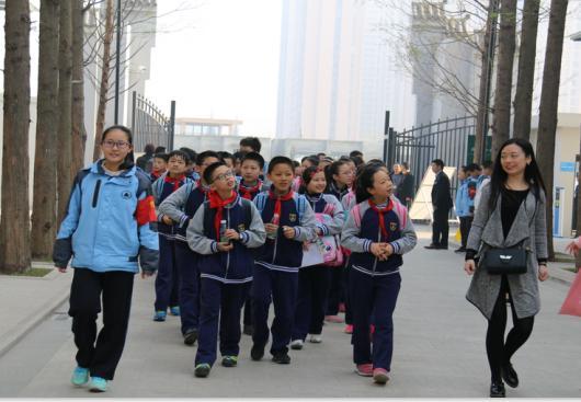 成都上东小学六年级参观师大一中龙泉校区